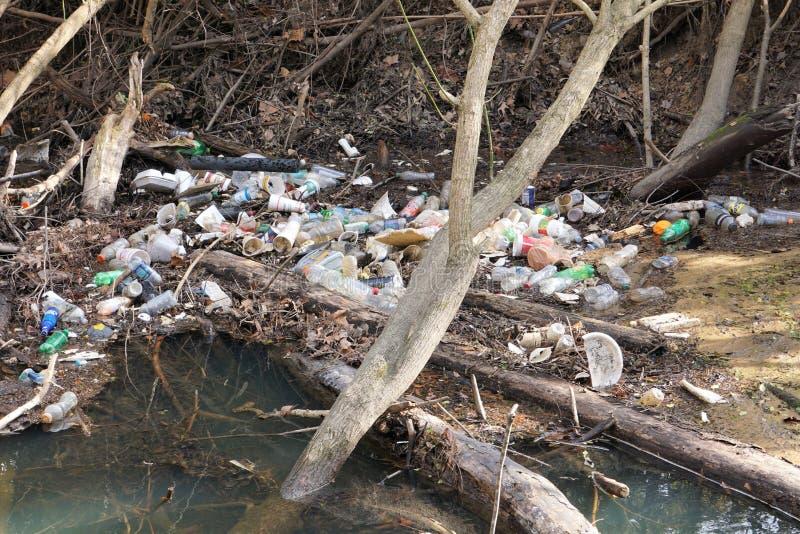 Angra de North Carolina enchida com as garrafas e o lixo plásticos imagem de stock