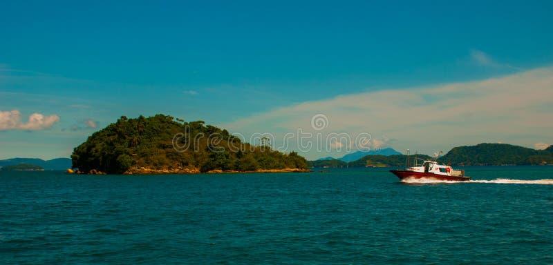 Angra DOS Reis, Rio de Janeiro State, Brasilien Cataguas: Härliga tropiska öar i soligt väder arkivbild