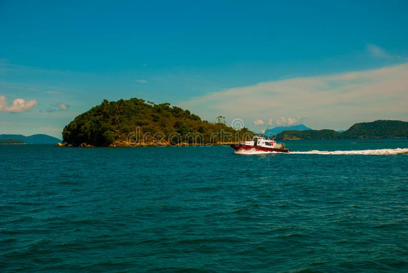 Angra DOS Reis, Rio de Janeiro State, Brasilien Cataguas: Härliga tropiska öar i soligt väder royaltyfri foto