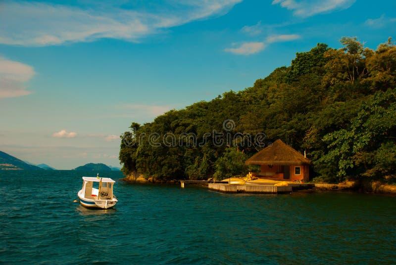 Angra DOS Reis, Rio de Janeiro State, Brasilien: Härliga tropiska öar i soligt väder fotografering för bildbyråer