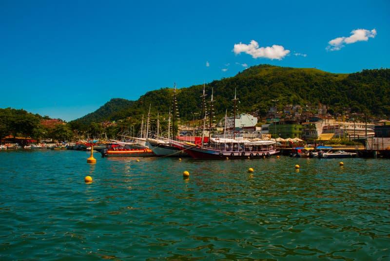 Angra DOS Reis, Rio de Janeiro State, Brasilien: Santa Luzia Pier i Angra DOS Reis Skepp med turister nära terminalen royaltyfri fotografi