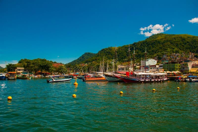 Angra DOS Reis, Rio de Janeiro State, Brasilien: Santa Luzia Pier i Angra DOS Reis Skepp med turister nära terminalen fotografering för bildbyråer
