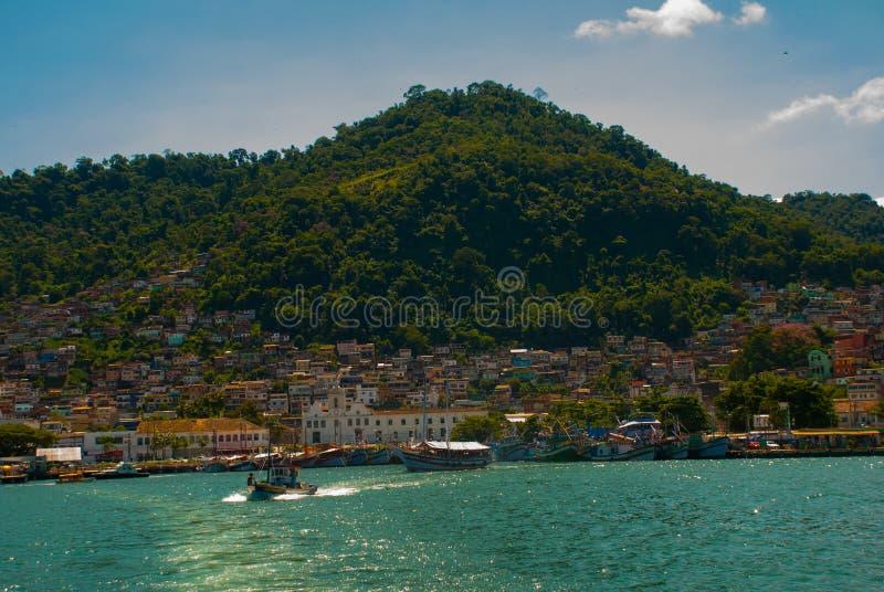 Angra DOS Reis, Rio de Janeiro State, Brasilien: Santa Luzia Pier i Angra DOS Reis Skepp med turister nära terminalen arkivbild