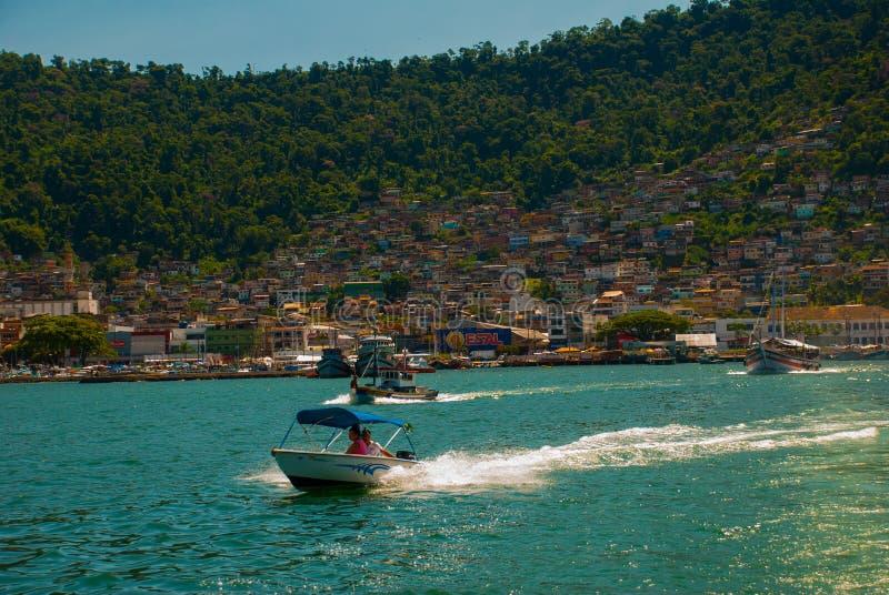 Angra DOS Reis, Rio de Janeiro State, Brasilien: Santa Luzia Pier i Angra DOS Reis Skepp med turister nära terminalen arkivfoton