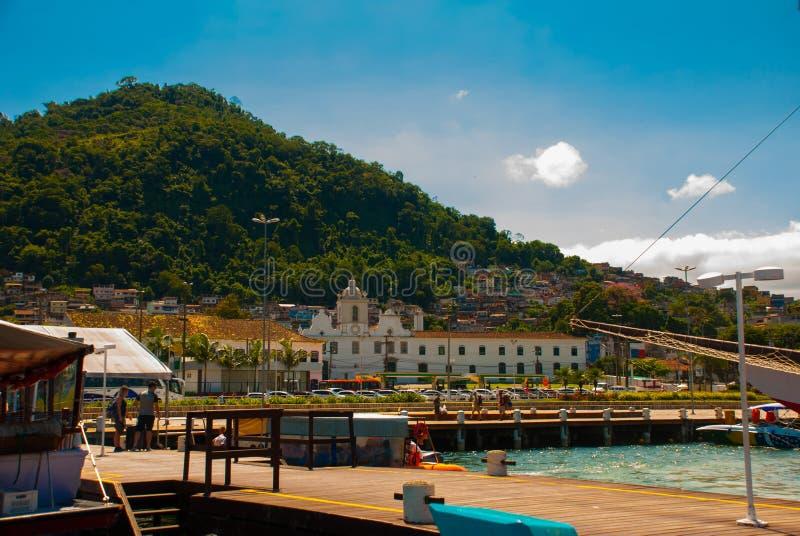 Angra DOS Reis, Rio de Janeiro State, Brasilien: Santa Luzia Pier i Angra DOS Reis Skepp med turister nära terminalen arkivbilder