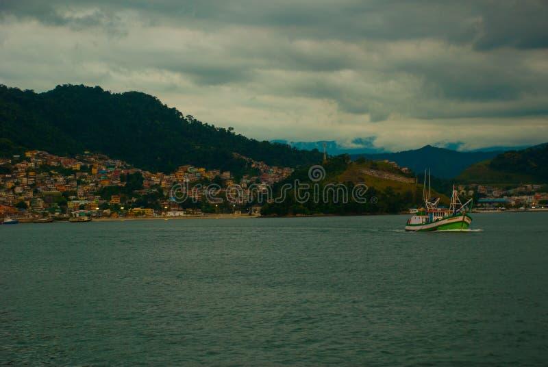 Angra DOS Reis, Rio de Janeiro State, Brasilien: Santa Luzia Pier i Angra DOS Reis Skepp med turister nära terminalen arkivfoto