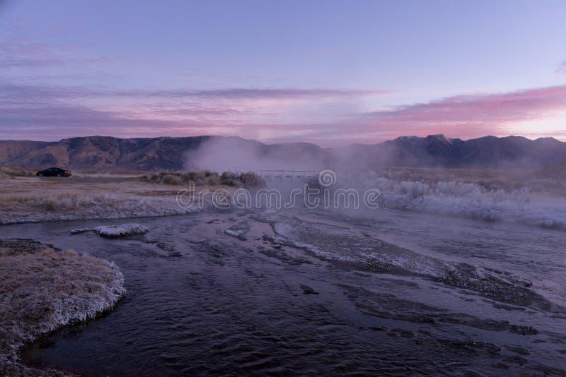 A angra quente enrola sua maneira através do vale do ` s de Owen abaixo das serras coloridas cor pastel foto de stock