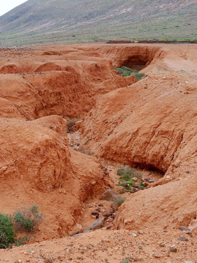 Angras e camas de rio secas perto de La Oliva em Fuerteventura fotos de stock royalty free