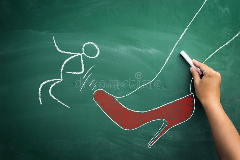 Angriff am Arbeitskonzept, Skizze des weiblichen Chefs sein emplo tretend stockbilder