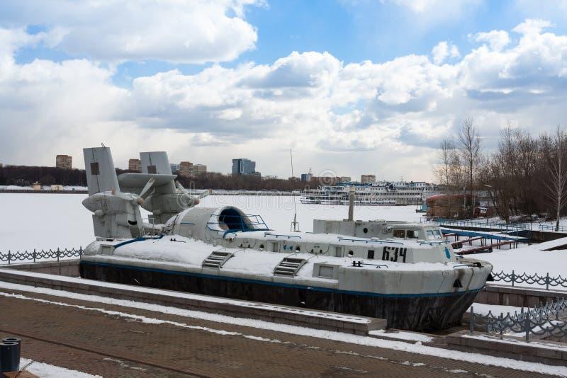 Angriff mit Amphibienfahrzeugs-Luftkissenfahrzeug-Kot auf Khimki-Reservoir, Moskau lizenzfreie stockbilder