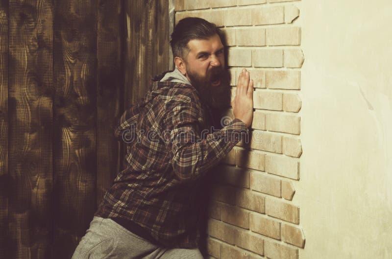 Angriffsärgerdruck-Problemproblem Hippie, der an der Backsteinmauer schreit stockfotos