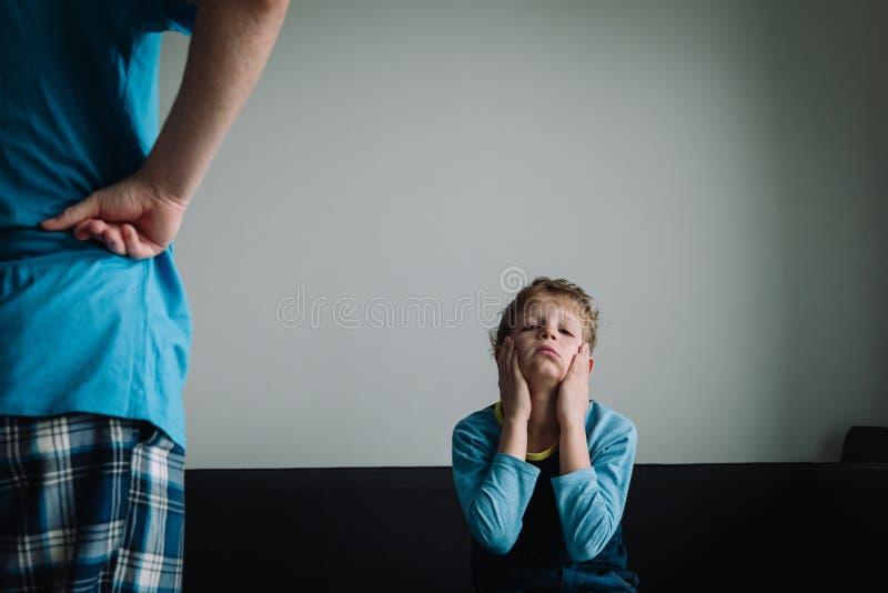 Angry-ouder kijkt moe, beschaamd en uitgeput kind stock foto