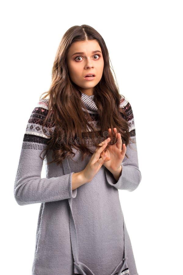Angst aangejaagd meisje op witte achtergrond stock foto