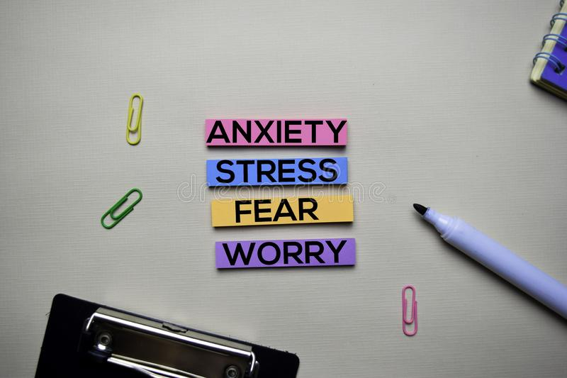 Angst - Druck - Furcht - Sorgentext auf klebrigen Anmerkungen mit Schreibtischkonzept lizenzfreie stockfotografie
