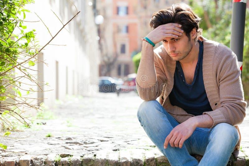 angst Durchdachter junger Mann besorgt, draußen lizenzfreies stockfoto