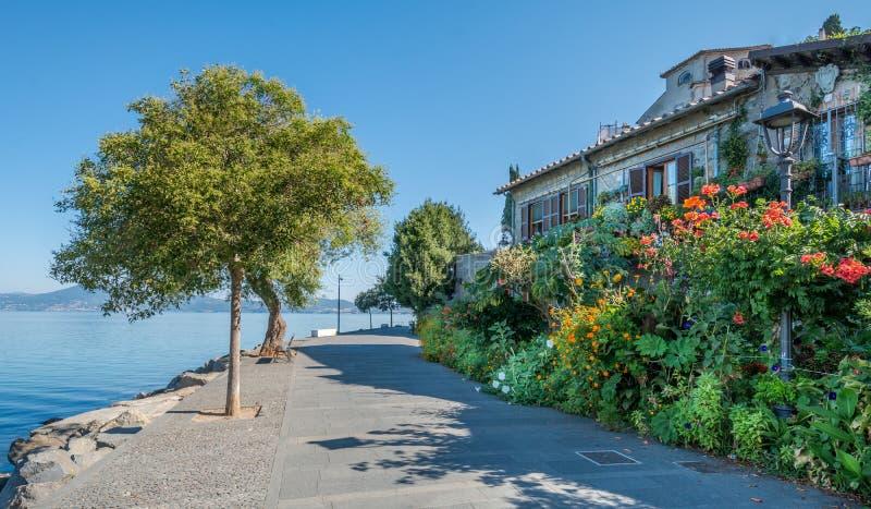 Anguillara Sabazia landskap på Bracciano för sjön, Rome, Lazio Italien arkivbild