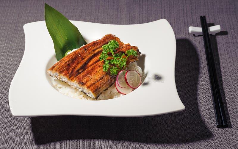 Anguille rôtie en sauce à tamari au-dessus d'un lit du riz blanc photos libres de droits