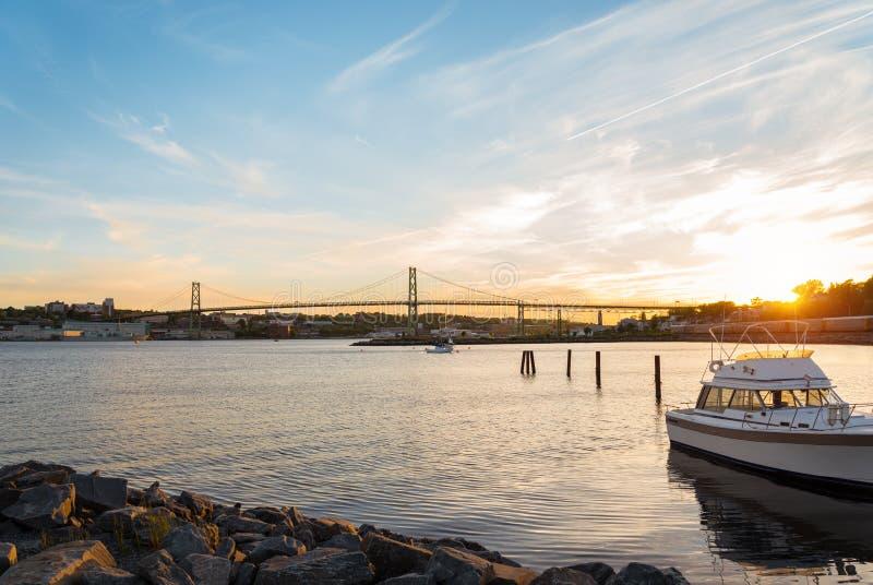 Angus L Macdonald Bridge bij zonsondergang stock foto