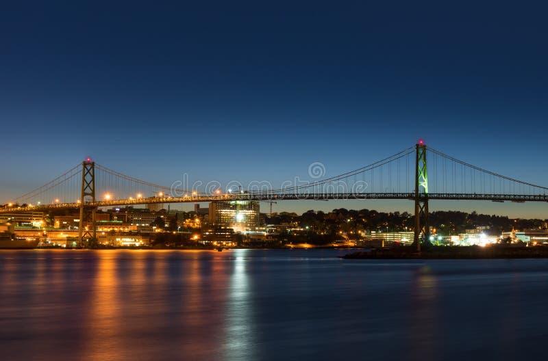 Angus L Macdonald Bridge dat Halifax met Dartmouth verbindt stock afbeeldingen