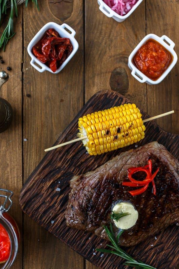 Angus Steak preto grelhado no fundo de madeira imagem de stock royalty free