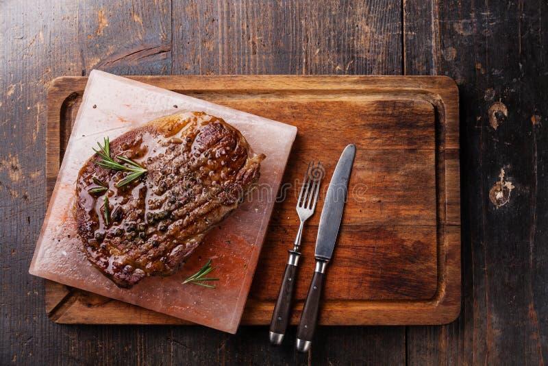 Angus Steak Ribeye noir grillé sur le bloc rose de l'Himalaya de sel images libres de droits