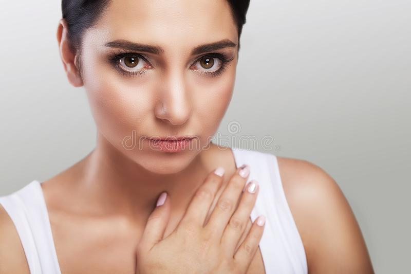angustia Sensaciones dolorosas fuertes La chica joven se sostiene los brazos en su frío del pecho Tos fuerte El concepto de salud foto de archivo libre de regalías