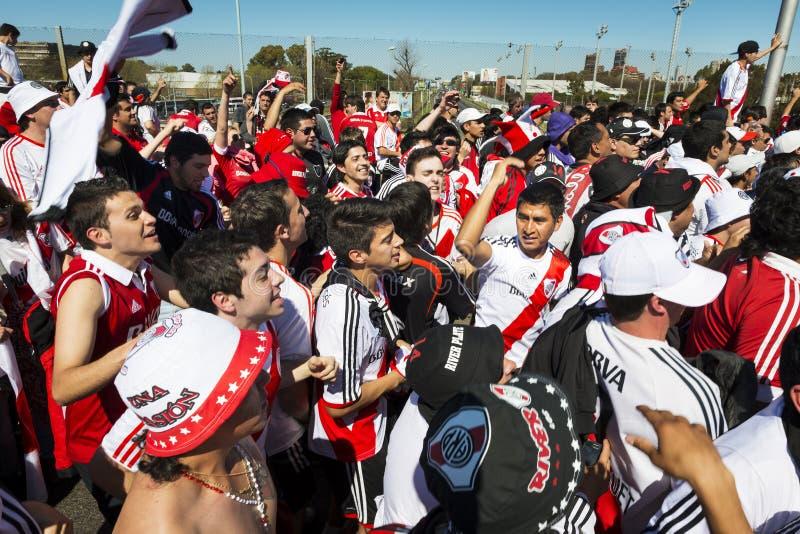 Anhänger des Fluss-Plattenfußballteams singen und tanzen beim Warten auf die Türen des Stadions, um sich vor einem Fußballspiel z lizenzfreies stockbild