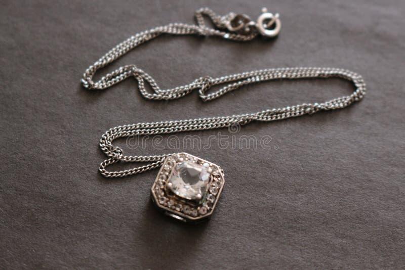 Anhänger mit kostbarem transparentem Stein auf einer Silberkette Schmucksachen gebildet vom Silber lizenzfreie stockbilder