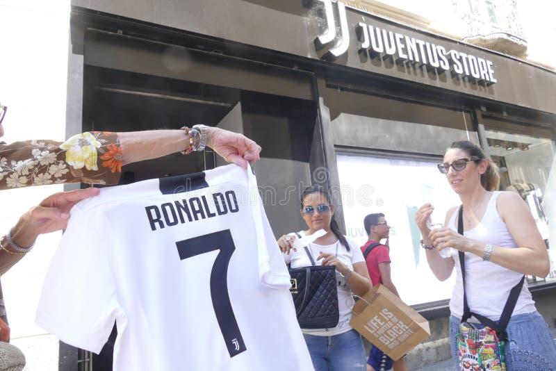 Anhänger von Juventus FC, der für neuen Spieler Cristiano Ronaldos für folgende Jahreszeit wütend geht lizenzfreie stockfotos