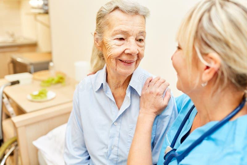 Anhörigvårdare som kramar att bry sig pensionären royaltyfria bilder