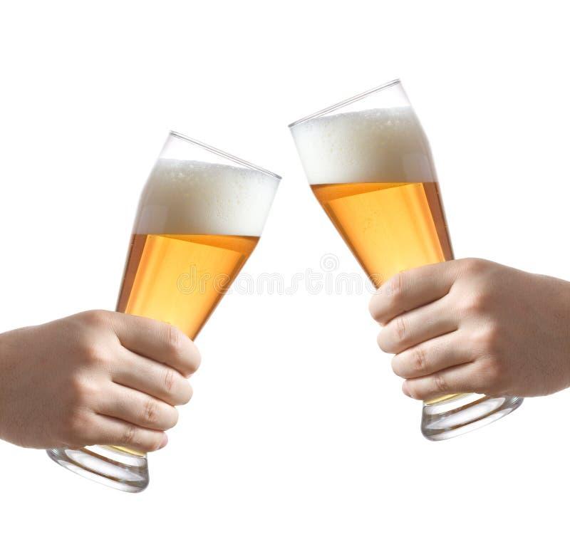 Anhalten der Gläser eines Bieres lizenzfreie stockfotografie