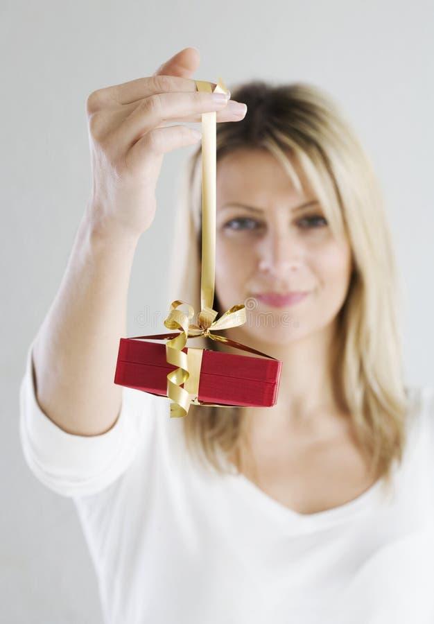 Anhalten des Geschenkes stockbilder