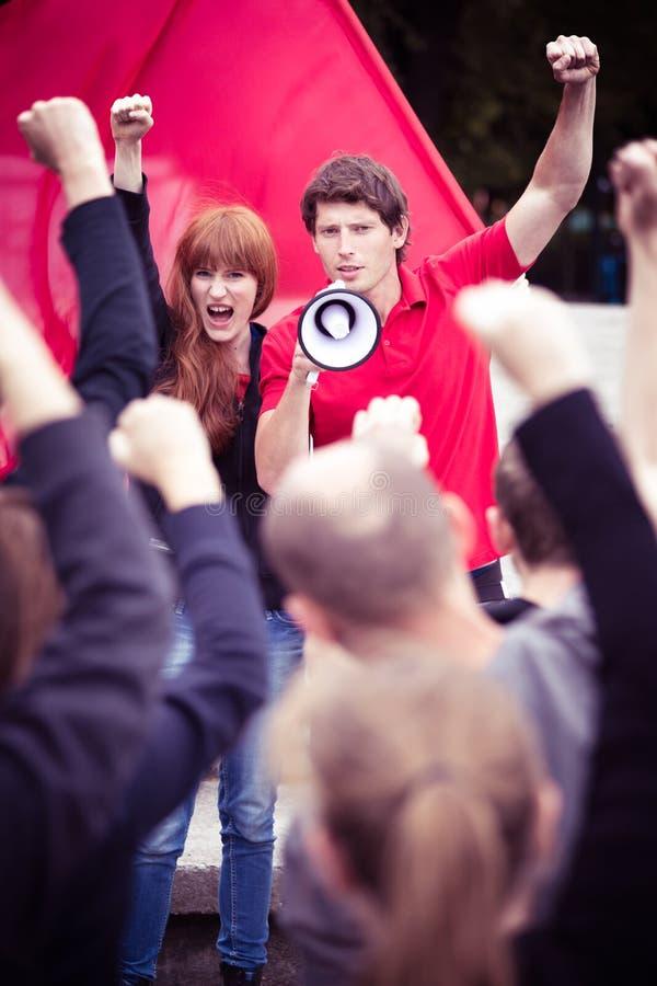 Anheben von Fäusten, um für ihre Rechte zu kämpfen lizenzfreie stockfotografie