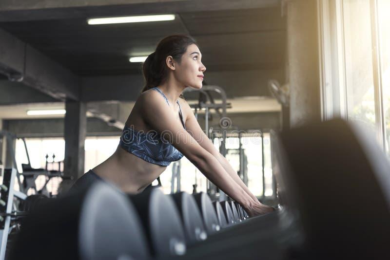 Anhebende Dummköpfe der jungen asiatischen Frau in der Turnhalle Gesunder Lebensstil stockfotografie