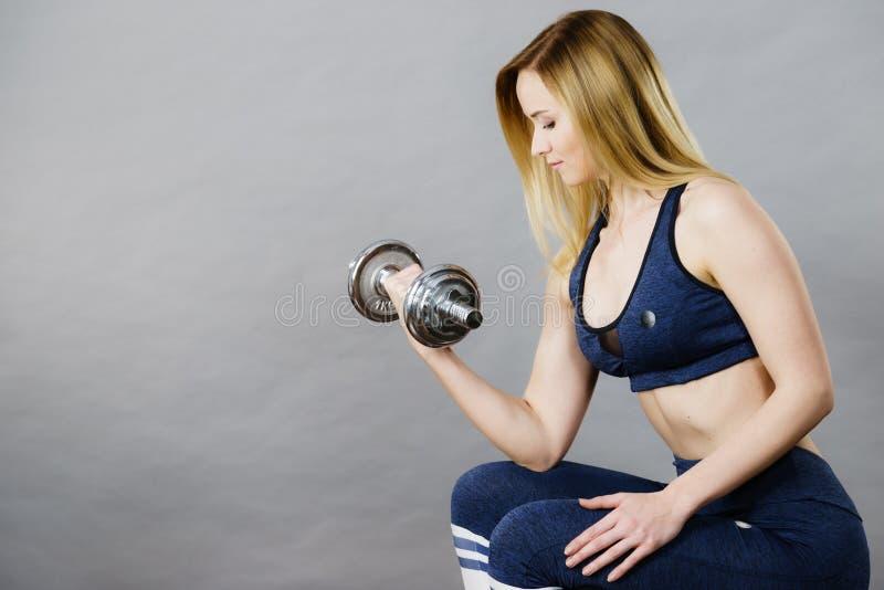 Anhebende Dummkopfgewichte der geeigneten Frau lizenzfreies stockbild