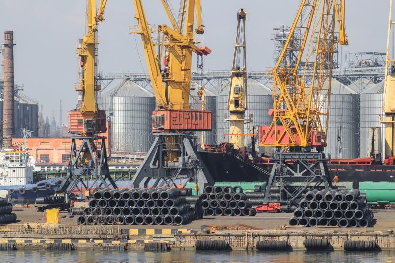 Anhebende Frachtkräne, Schiffe und Korntrockner im Meer Por lizenzfreie stockfotografie