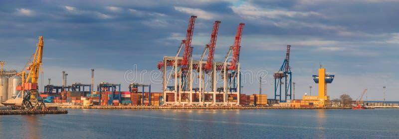 Anhebende Frachtkräne, Schiffe und Korntrockner im Seehafen stockbilder