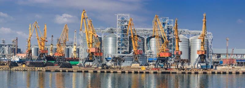 Anhebende Frachtkr?ne, Schiffe und Korntrockner im Seehafen lizenzfreie stockfotos