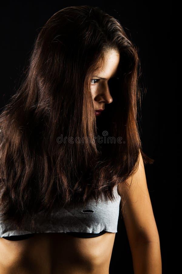 Anhebende Gewichte der attraktiven Frau und Lächeln an der Kamera lizenzfreie stockfotos