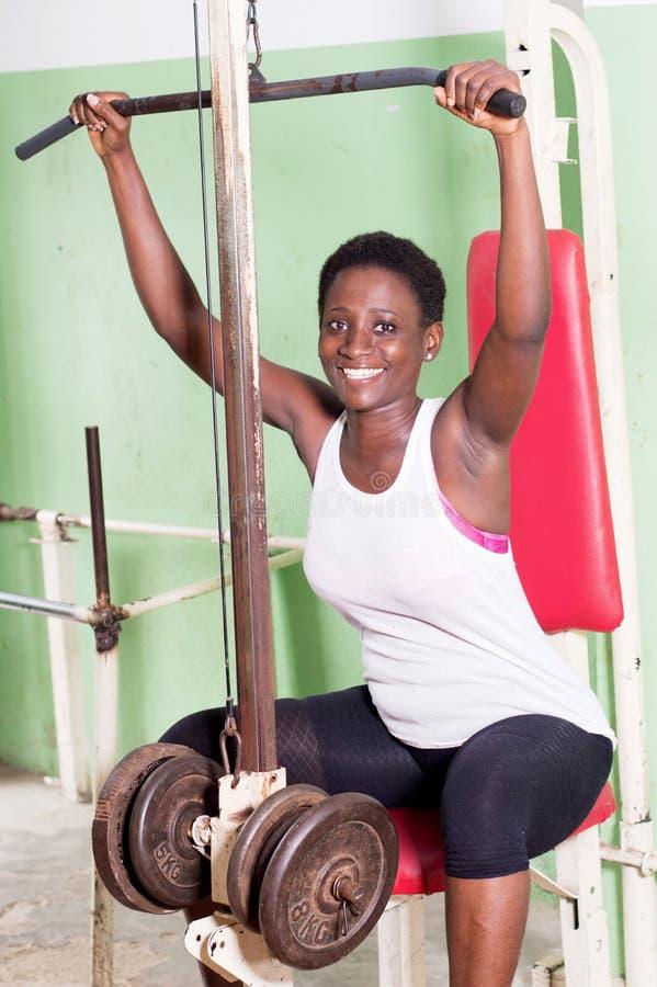 Anhebende Gewichte der jungen Frau in der Turnhalle lizenzfreies stockfoto
