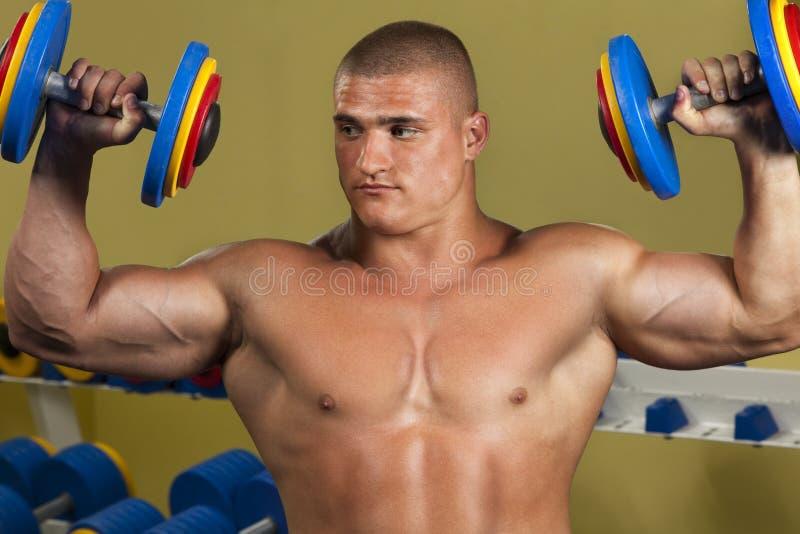 Anhebende Gewichte des Bodybuilders stockfoto