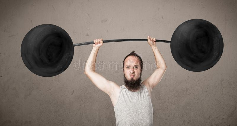Anhebende Gewichte des lustigen dünnen Kerls stockfotos