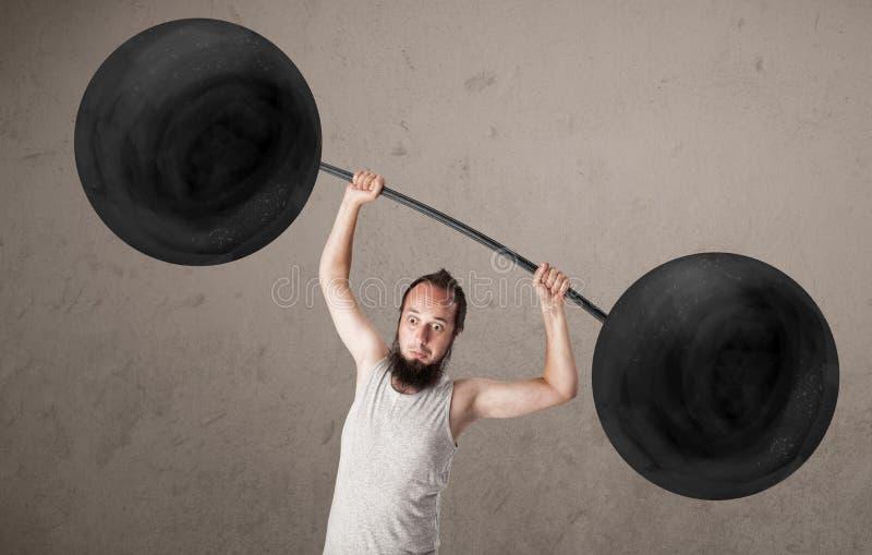Anhebende Gewichte des lustigen dünnen Kerls lizenzfreies stockfoto