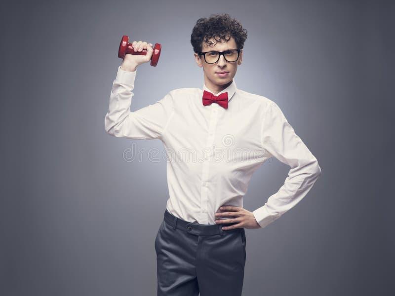 Anhebende Gewichte des lustigen Mannes lizenzfreies stockfoto