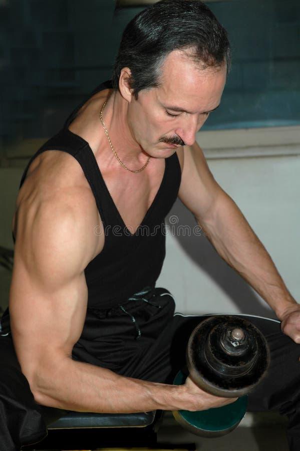 Anhebende Gewichte des Mannes. stockfotografie