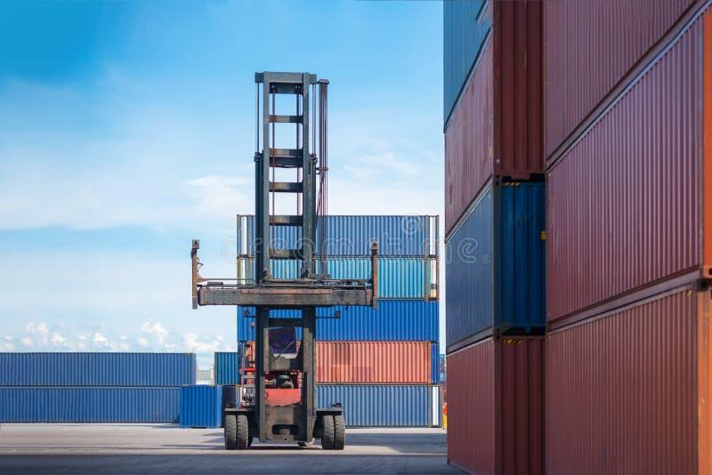 Anhebender Frachtbehälter des Gabelstaplers in Versandyard oder im Dockyard gegen Sonnenaufganghimmel für Transportimport, -expor stockbild