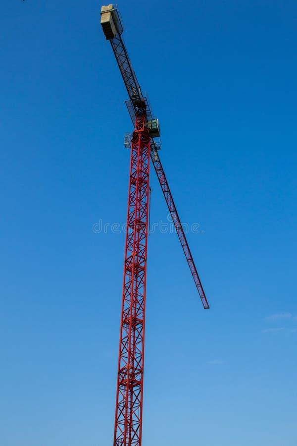 Anhebender Kran auf dem Hintergrund eines blauen Himmels lizenzfreie stockfotos