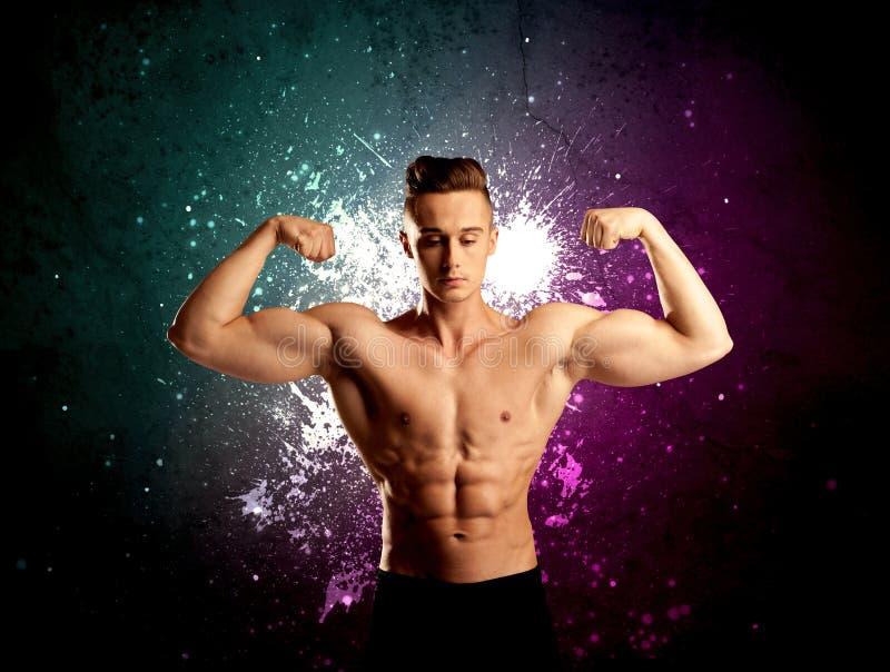 Anhebendes Gewicht des attraktiven musculous Kerls lizenzfreie stockbilder