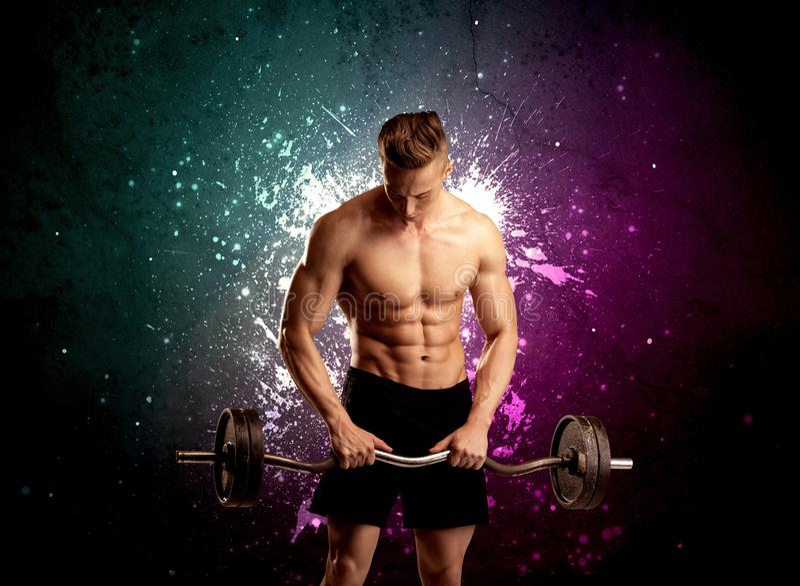 Anhebendes Gewicht des attraktiven musculous Kerls stockbild