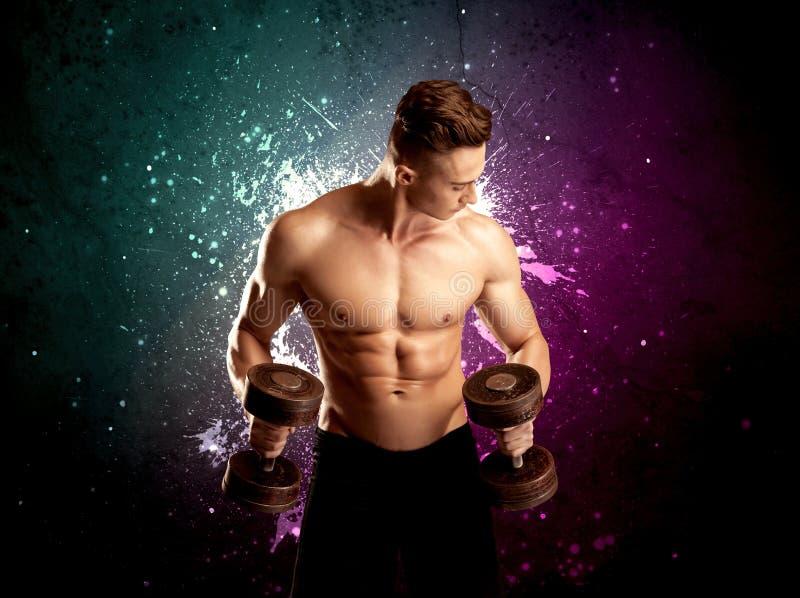 Anhebendes Gewicht des attraktiven musculous Kerls lizenzfreie stockfotos